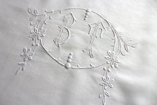grand drap ancien en fil de lin blanc au monogramme bt. Black Bedroom Furniture Sets. Home Design Ideas