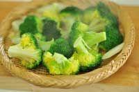 ブロッコリーのゆで方/ゆで時間(茎の食べ方も合わせて紹介):白ごはん.com