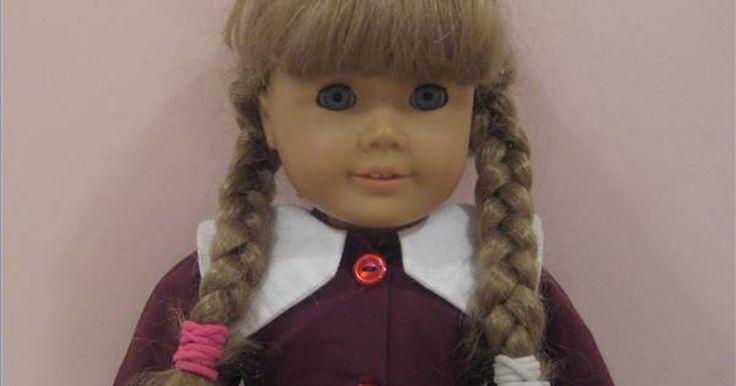 Cómo cuidar el pelo de una muñeca American Girl. Las muñecas American Girl tienen pelo que parece de verdad, lo cual es una gran oportunidad para que las niñas pequeñas practiquen sus técnicas para peinar. ¿Pero qué hacer cuando el pelo se vuelve sucio o enredado? Aprende cómo mantener el cabello utilizable durante años de juegos.