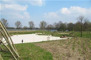 Natuurspeeltuin aan de Oosterplas in Den Bosch, Dit belevingspark is een natuurlijke speelplaats. Je kunt er fijn zwemmen, er zijn rolstoelvriendelijke paden en beschutte plekjes vergezeld met vele verschillende bloemen en planten. Ga lekker picknicken in de natuurspeeltuin, stap op je fiets en laat de wind door je haren waaien wanneer je lekker een rondje Oosterplas fiets of ga gezellig met de familie wandelen en ga opzoek naar unieke bladeren.