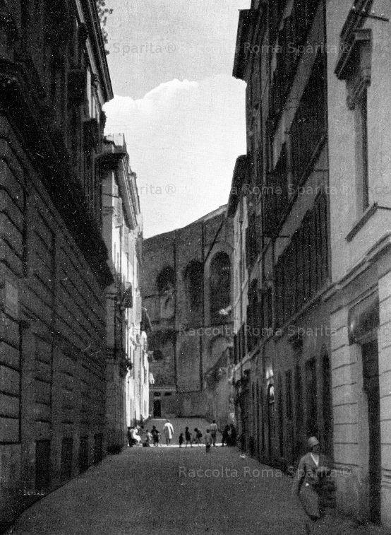 Foto storiche di Roma - Via Alessandrina, terminava in cospetto dei resti della Basilica di Massenzio Anno: ante 1932