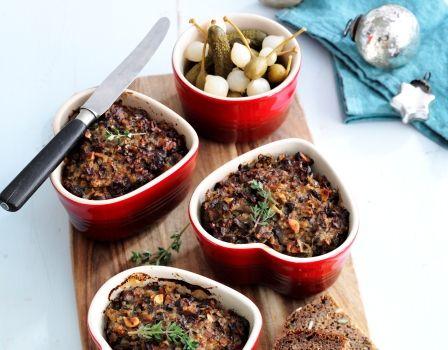 IngredienserSvampepaté50 g hasselnødder300 g løg500 g blandede svampe1 spsk olivenolie + pensling2 dl kogte ris bulgur quinoa eller lignende (ca. 1 dl rå)1 fed presset hvidløg1 spsk hakket frisk timian eller 2 tsk tørret2 æg1 dl skyr eller fromage frais1½ tsk saltFriskkværnet peberTilbehør6 skiver rugbrød eller fuldkornsbrød 300 g300 g syltede cornichoner perleløg og/eller kapersbærTilberedning… Læs mere »
