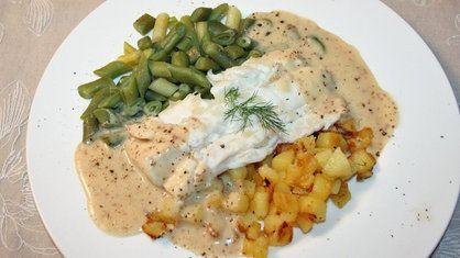 Ein Teller mit einem Kabeljaufilet, dass auf Bratkartoffeln unter einer Senfsauce angerichtet ist; Als Beilage sind Bornheimer grüne Bohnen neben dem Fisch drapiert | Bildquelle: WDR/ Moviepool Megaherz