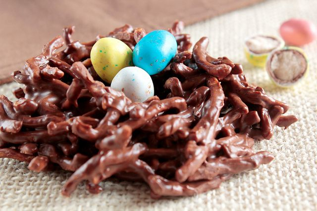 Chocolate Nests for Easter.Birds Nests, Chow Mein, Easter Nests, Easter Eggs, Chocolates Nests, Peanut Butter, Easter Treats, Candies Nests, Easter Ideas