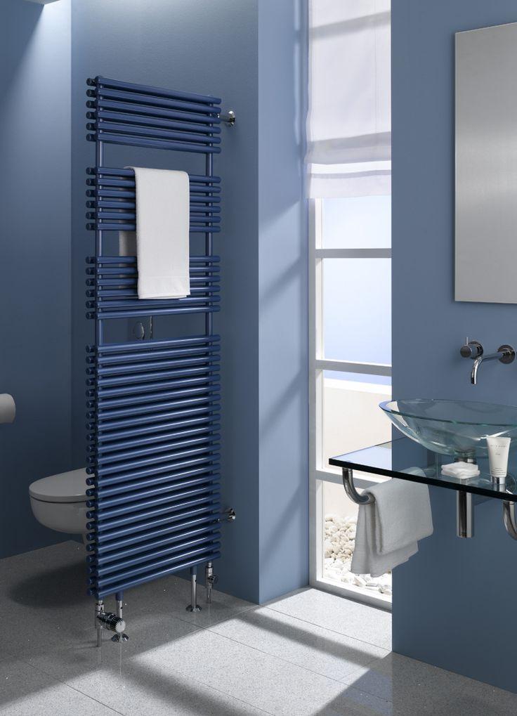 Bad, Wände blau rauchblau, Bodenfliesen grau, Waschtisch Glas, Aufsatzwaschbecken Glas, Heizkörper als Trennwand, Fenster bodentief