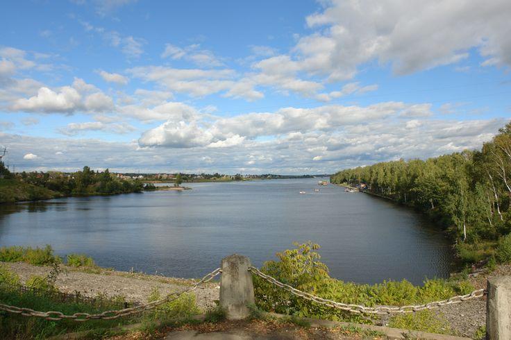 А это наша Волга.На двух берегах Волги ,левом и правом,стоит наш прекрасный ,молодой город.