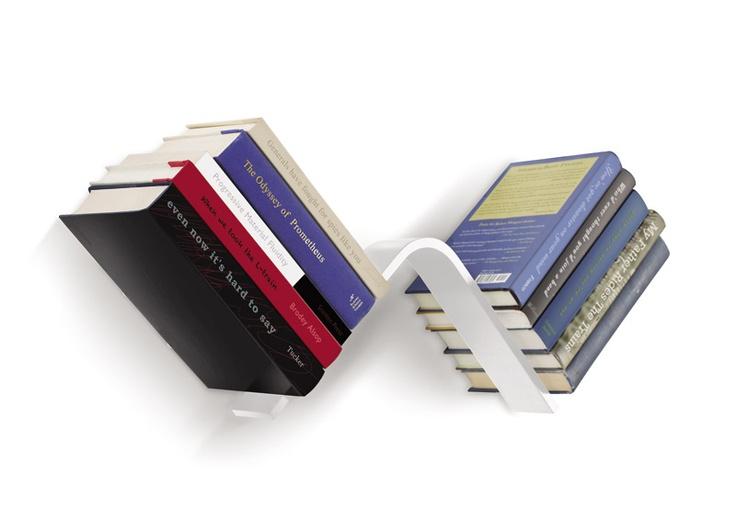 Półka Conceal L należąca do oferty Umbra, to efektowny i pomysłowy sposób na przechowywanie książek. Stalowy stelaż został zaprojektowany tak, aby można go było zamontować na różne sposoby. Dzięki specjalnej konstrukcji, książki wyglądają jak gdyby unosiły się w powietrzu, przecząc sile grawitacji. Zobacz na FabrykaForm.pl