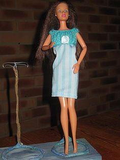 Bonjour à tous et à toutes, Au mois d'aout lorsque j'ai vu Amandine et que je lui ai donné les tenues que j'avais tricotées, elle m'a fait remarquer qu'elle n'en avait aucune pour dormir, je lui ai donc répondu que j'allais y réffléchir !! Voilà donc...