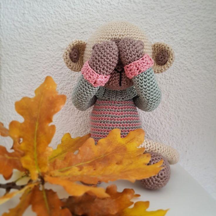 Acht, negen, tien! Wie niet weg is, is gezien! Aapje Pien speelt verstoppertje tussen de herfstbladeren. Handgehaakt door De Haakjuffen met een patroon van My Krissie Dolls.