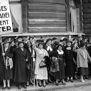 Manifestation de femmes françaises pour le droit de vote en juin 1936 à Paris.