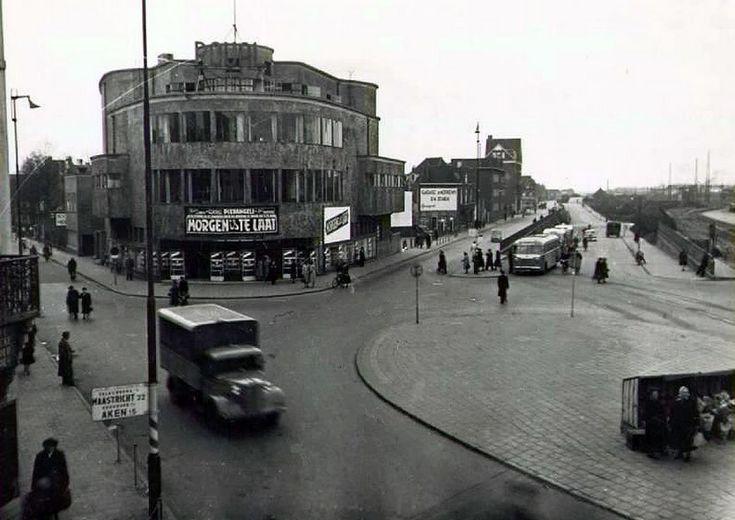 De Royal bioscoop in Heerlen:  met rechts nog het oude busstation uit mijn kinderjaren
