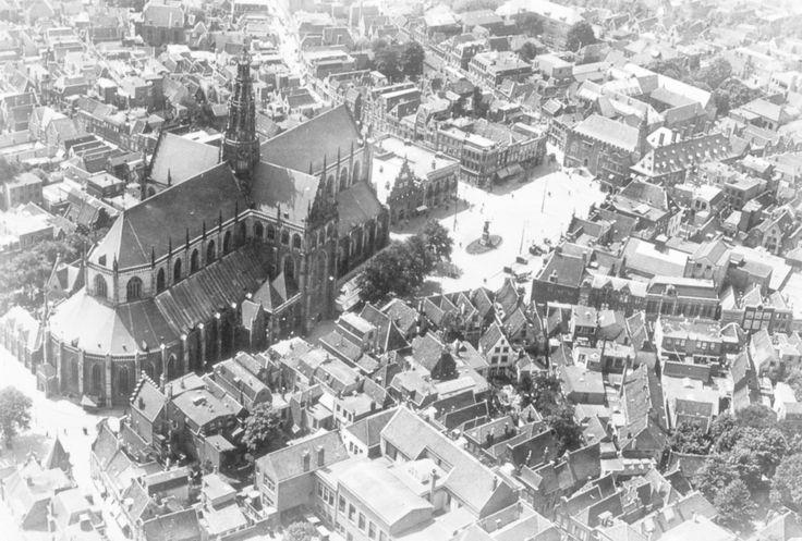1976 - Luchtfoto Haarlem van het centrum met de Sint Bavo - Serc