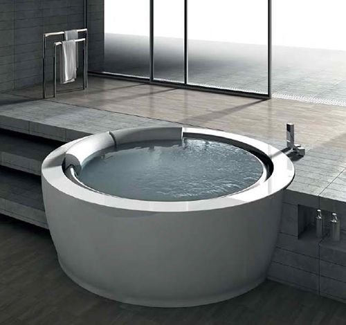 Bolla Sfioro round whirlpool bathtub designed by Franco Bertoli for Italian bathroom brand Hafro.