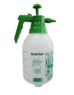 - idealny do użytku domowego, ogrodu lub sadu - do zraszania, nawożenia dolistnego- do prac profesjonalnych z zastosowaniem środków chemicznych - bardzo prosty w obsłudze - z regulowaną dyszą rozpylającą - ze skalą na zbiorniku - wykonany z najlepszego rodzaju tworzyw sztucznych - do zbiornika plastikowego (ciśnieniowego) ciecz wlewa się od góry przez otwór, po zakręceniu pompki wytwarza się ciśnienie w zbiorniku za pomocą pionowych ruchów tłoka- wypływ cieczy następuje przez dyszę