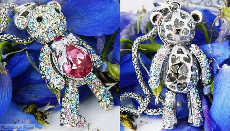 """#Werbung : Pauline & Morgen - Halskette """"Rubin Teddybar"""" mit Swarovski Steine  Der Teddy schaut doch einfach bezaubernd aus, oder? *BlingBling*  Das Design - die Farben - einfach perfekt!  Als ich dieses Schmuckstück in den Händen hielt, strahlten die Augen. Der Anhänger ist so schön und funkelt in etlichen Farben. Das Bäuchleinist jedoch der Eyecatcher - ein rosafarbener Kristall, mit einer silbernen Schleife und der Rest des Teddys ist mit pastellfarbenen Swarovski Steine ummantelt....."""