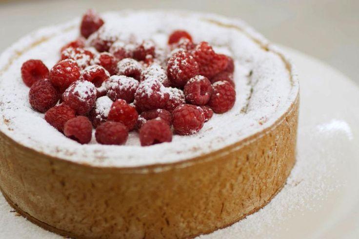 Met dank aan schoonmoeder Meus kan Jeroen jullie deze kaastaart voorschotelen. Deze versie wordt in de oven gebakken, net zoals de beroemde New York cheesecake. Verse frambozen zorgen voor een zomerse fris-zure smaak.