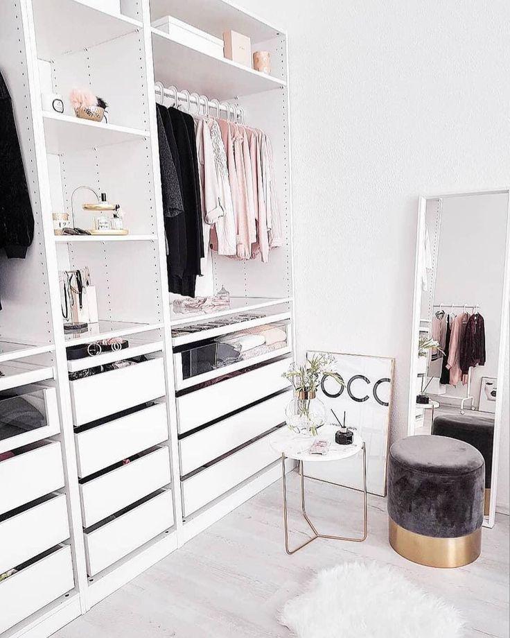 Pouf Harlow Est Parfait Pour Une Petite Pause Dans Le Vestiaire Mode Closet Decor Closet Bedroom Closet Inspiration