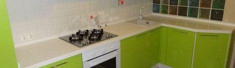 Зеленая кухня. Странный выбор, но кому нравится такой цвет - возможно, оценят.