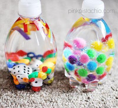 Garrafinhas pet com água e pecinhas coloridas: dados, sininhos, papel laminado picado, bolinhas coloridas... distração para babies.