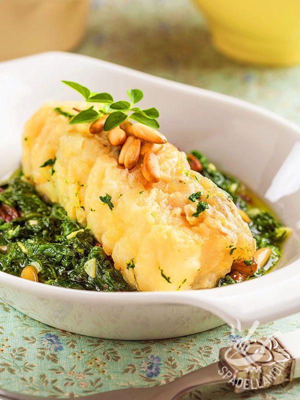 Filetti di merluzzo con spinaci e pinoli: un secondo di pesce super salutare, arricchito dal gusto dei pinoli e da ortaggi verdi di stagione.