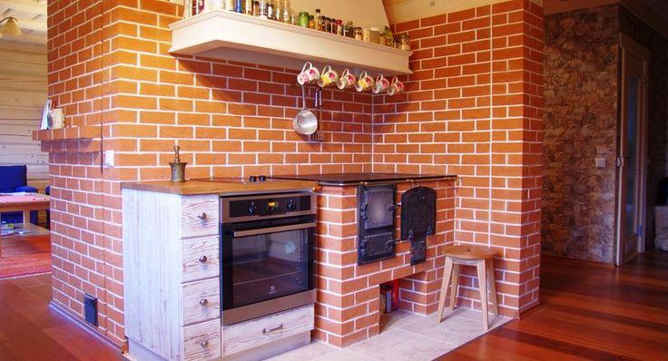 Украшением, изюминкой, источником тепла в настоящем русском доме является дровяная кирпичная печь. Одни выбирает простенький вариант с духовым шкафом, другие – с камином или даже водяным