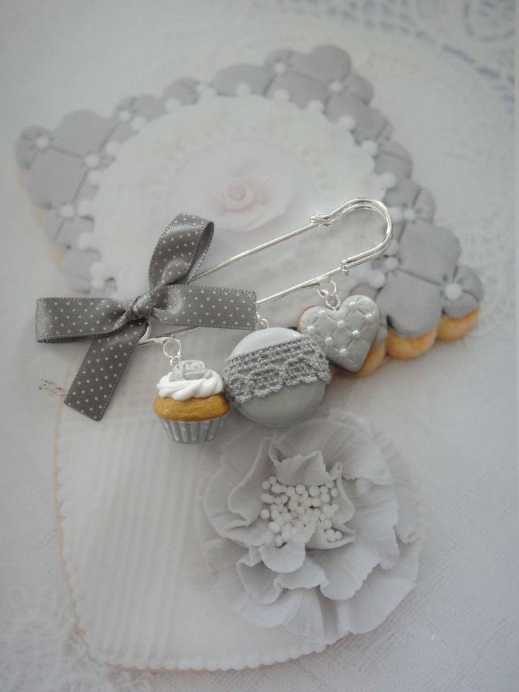 broche sucreries gris shabby en fimo : Broche par maemele