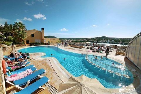 Club Santa Ponsa  Description: Ligging: Club Santa Ponsa ligt ca. 300 m van het centrum van Santa Ponsa en ca. 900 m van het zandstrand. Er is een bushalte op ca. 50 m afstand. Het hotel verzorgt ieder uur een gratis shuttleservice van en naar het strand (behalve op zondagen). Palma de Mallorca ligt op ca. 30 km afstand. Faciliteiten: Club Santa Ponsa telt 140 kamers verdeeld over 7 gebouwen van maximaal 6 verdiepingen. Het hotel beschikt over een receptie met huurkluisjes lounge en een…