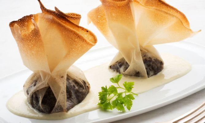 Receta de Karlos Arguiñano de saquitos de pasta brick rellenos de morcilla, pera y cebolleta y acompañados de salsa de col.