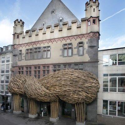 Dans le cadre de l'exposition «Racines. Art contemporain indonésien», qui se tient en ce moment même au musée d'art Frankfurter Kunstverein à Francfort en Allemagne, l'artiste indonésien Joko Avianto a créé cette incroyable façade composée de bambous pour l'entrée du musée.  Il a en effet enveloppé la façade d'un tissage monumental en utilisant des morceaux de bambou longs et solides. Cette oeuvre à grande échelle interagit avec le bâtiment et se juxtapose à l'architecture existante.