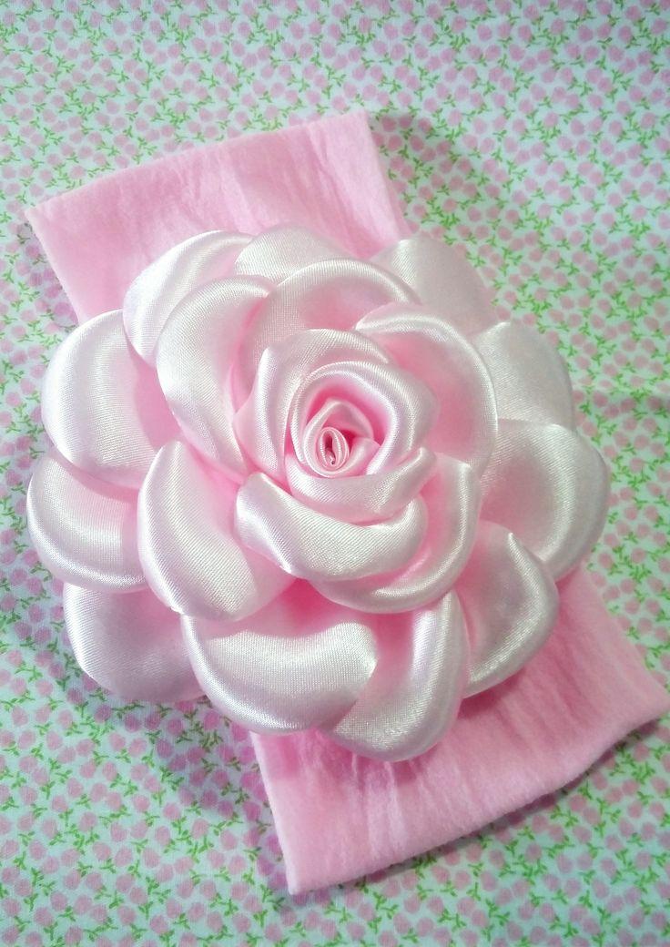 Faixa de meia de seda com rosa de cetim.