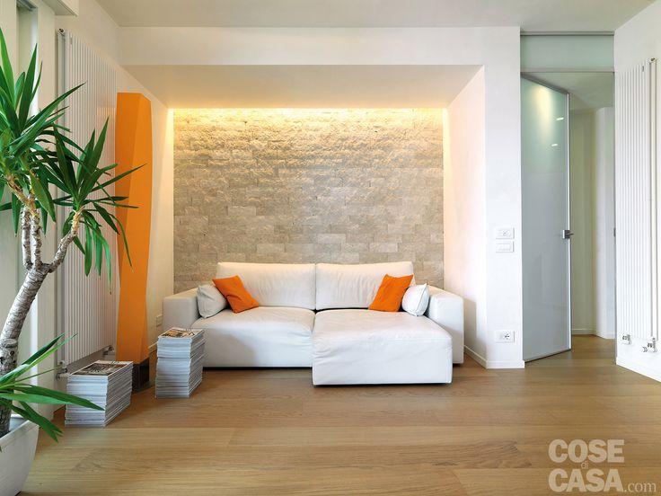 Ristrutturazione completa di un appartamento, che migliora così suddivisione, luminosità e funzionalità degli ambienti. Grandi superfici trasparenti e linee semplici negli arredi aiutano a non percepirne le dimensioni contenute.