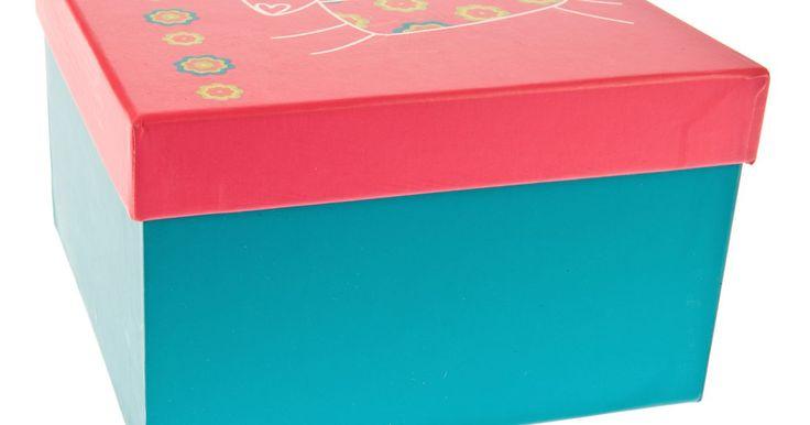 Como decorar caixas de papelão. Você está procurando por opções de armazenamento de baixo custo ou por uma atividade infantil em um dia chuvoso? Caixas de papelão podem ser decoradas de vários modos, para disfarçar o simples exterior marrom e obter um lindo recipiente personalizado.