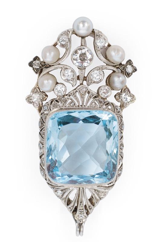 An aquamarine pendant  C. 1900. 14 kt. yellow gold/platinized, with 1 aquamarine, 11 old cut diamonds, 24 rose diamonds, total c. 0.80 ct. VS-P/I-J and 5 pearls. 51 x 25 mm. #antique #vintage #jewelry