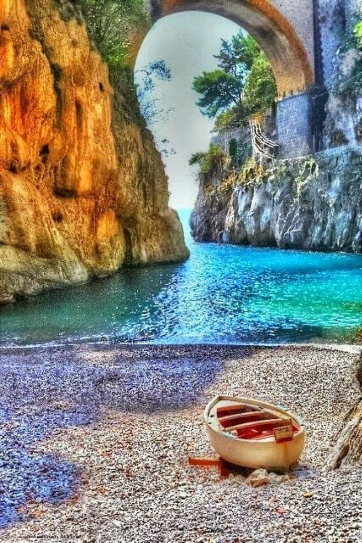 Vettica, Campania, Italy  saturazione stile csi + fotomontaggio?