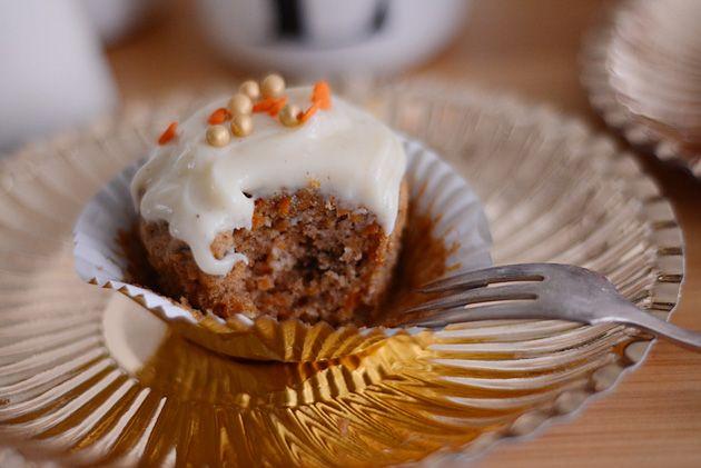 Gulerodskage med flødeostglasur   Emily Salomon - brug appelsinskal i dej og frosting og 50 g ekstra sukker
