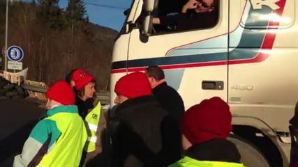 ▶ Barrage de la frontière à Vallorbe par les bonnets rouges - Vidéo Dailymotion