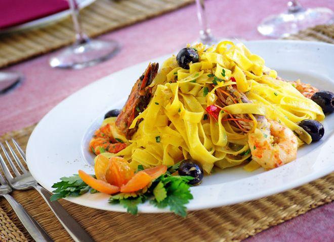 Лапша с креветками под чесночным соусом   Ссылка на рецепт - https://recase.org/lapsha-s-krevetkami-pod-chesnochnym-sousom/  #Паста #блюдо #кухня #пища #рецепты #кулинария #еда #блюда #food #cook