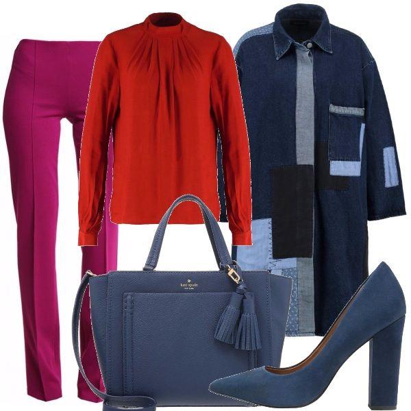 Pantalone dal taglio dritto, camicia a maniche lunghe con collo alla coreana, giacca lunga in denim con lavorazione patchwork, scarpa con tacco quadrato in suede blu, borsa con manici e tracolla con tasca frontale.