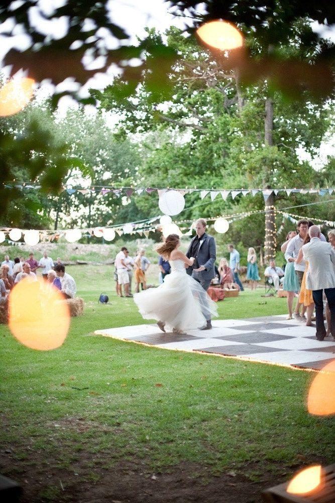 青空の下でファーストダンス♡ ワイワイ楽しい結婚式のアイデア。