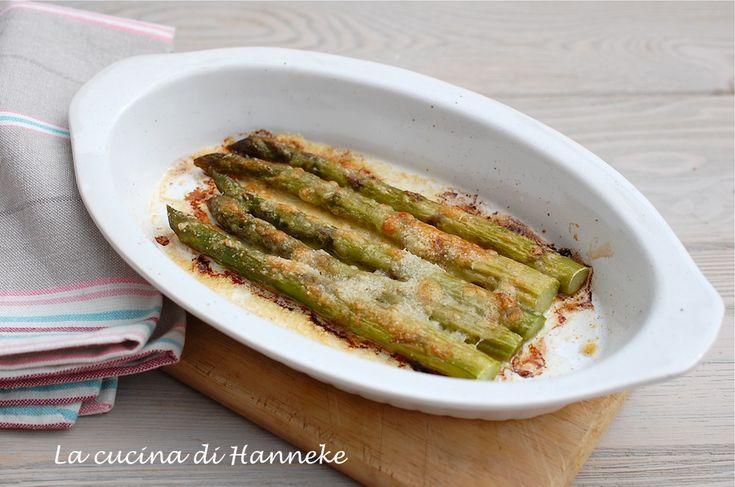 Gli asparagi gratinati al parmigiano sono un gustosissimo antipasto che si prepara in poco tempo, scoprite la semplice ricetta!