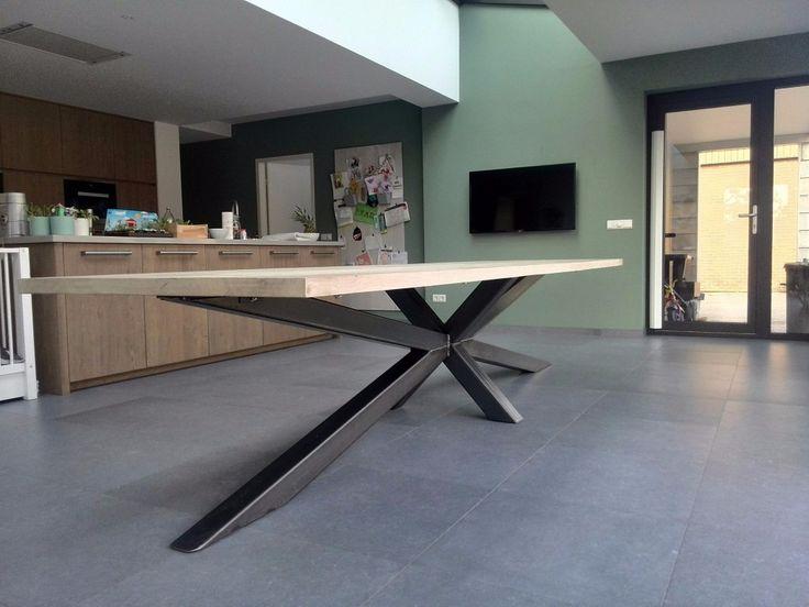 Bent u op zoek naar een houten tafel met stalen frame? Houtkwadraat maakt uw stalen frame tafel op maat. X en Y frames, ijzeren onderstellen.