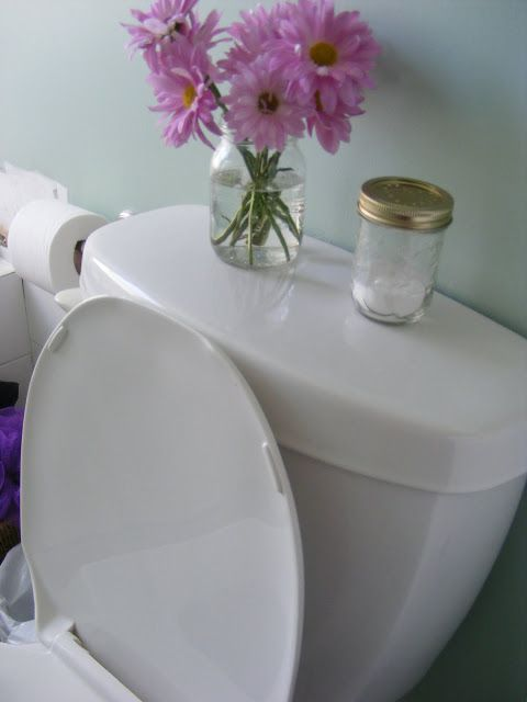 Désodorisant pour toilettes : du bicarbonate 1/4 du pot + 6-8 gouttes d'H E de lavande ;  faire quelques trous dans le couvercle ; et remuer de temps à autres et le tour est joué!
