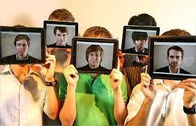 """Джон Ароу и няколкото негови състуденти, всички на около двадесет годишна възраст, създават през 2009, приложение наречено HangTime. 99-центовата апликация за iPhone, е определена за най-тъпата такава създавана някога. Какво всъщност прави – изчислява времето за свободно падане на телефона ви и записва резултатите на различни потребители. Така може да се мерите """"по глупост"""" с другите ползватели на приложението.  Четете още на: http://spisanievip.com/wp/?p=19591"""