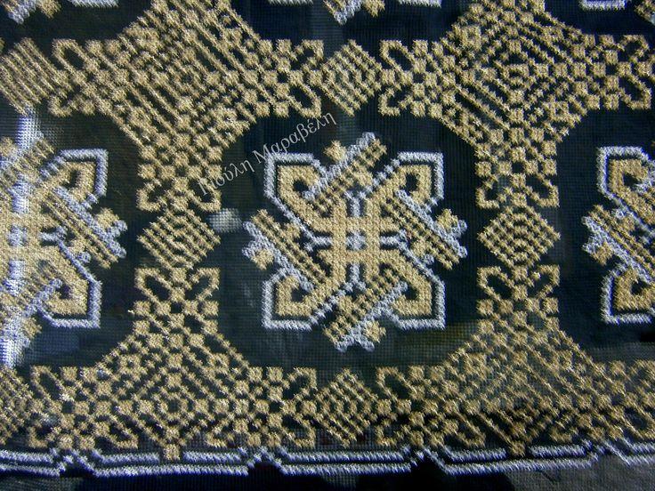 Αριστοκρατικό μαύρο με χρυσές και ασημί βελονιές. Γιούλη Μαραβέλη-Χαλκίδα.Τηλ:22210 74152.