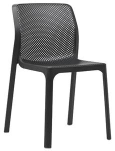 Bit är en stapelbar stol trån Nardi som har en perforerad sits och rygg där flera färger. En stol som passar lika bra inomhus som utomhus. #stolar #plaststolar #restaurangstolar #cafestolar #nardi #dialoginterior
