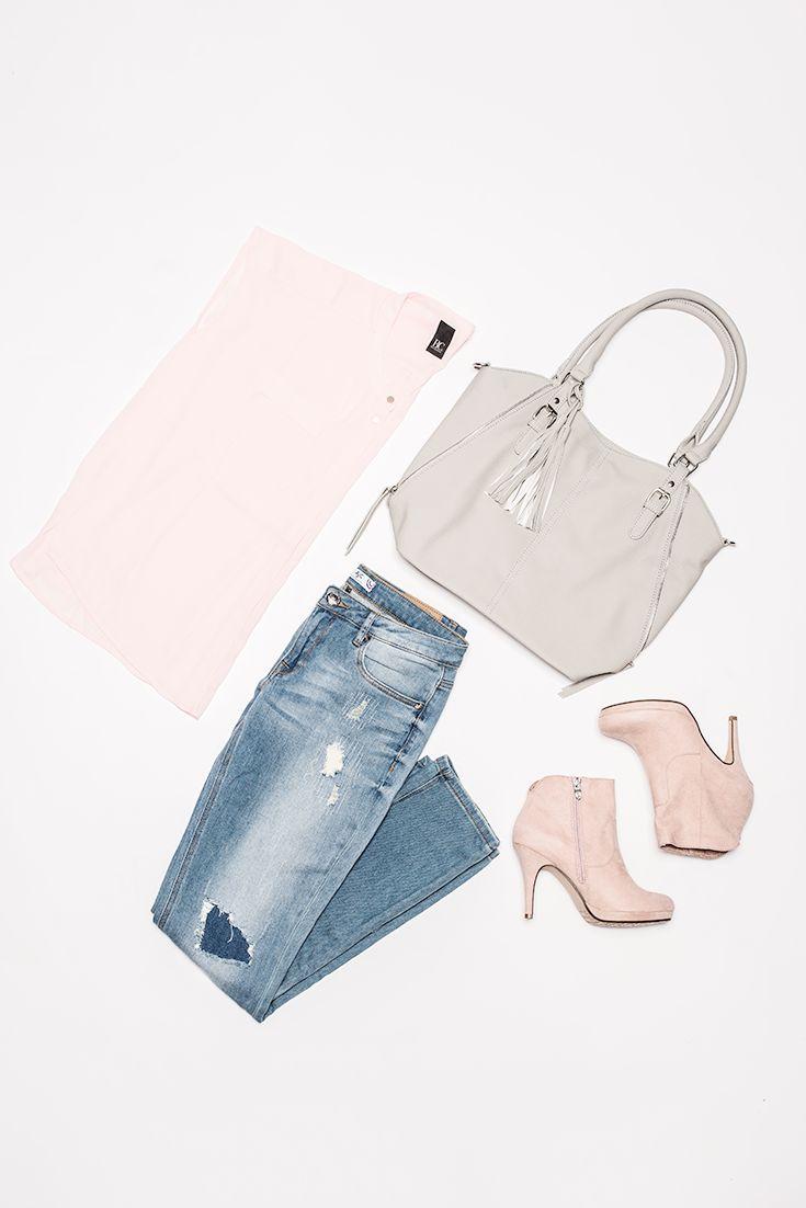 Das zarte Rosa der Oversized Bluse von B.C. trägt einen Hauch von sommerlicher Leichtigkeit in den Herbst. Die passende Stiefelette von Tamaris macht den Look sexy. Die AJC Destroyed Jeans und die Handtasche von J. Jayz sorgen dafür, dass der Style erwachsen und alltagstauglich wird.