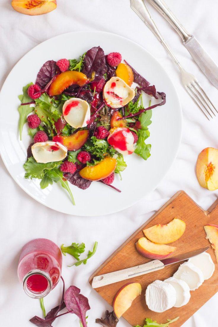 Salat mit Pfirsich, Himbeeren und Ziegenkäse