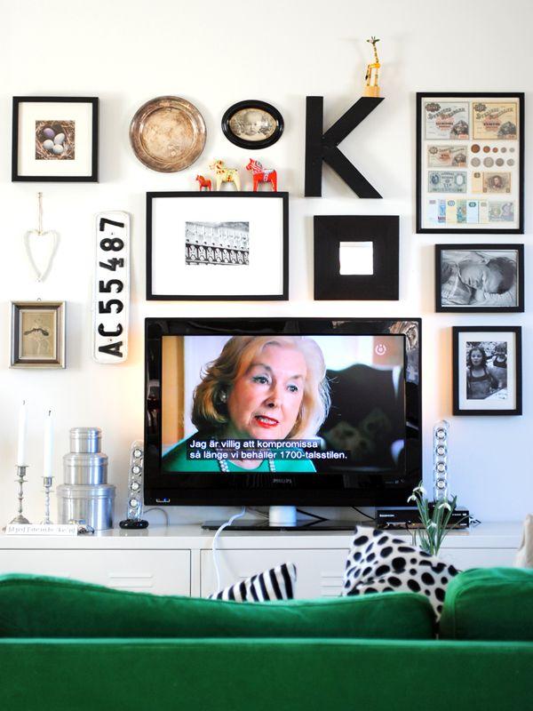 Dölj din TV genom att sätta en tavelvägg runt den. Ett bra sätt att dölja den fulaste möbeln...