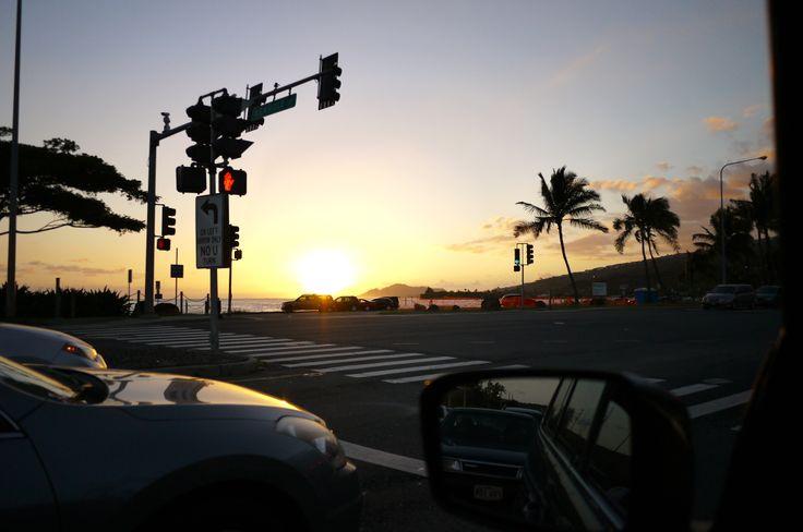 今日もあっち行ったりこっち行ったり、子供たちの送迎で1日終了〜。 全然歩きもしないのに、車であちこち往復しているだけで疲れるのはなぜだ。笑  でも、1日の終わりに、 空が青とオレンジに輝く中車を走らせて、 サッカー少年の息子を迎えに行くこの時間は結構好き。  さて、明日から週末。 何しようかな〜。  Sweet dreams    ::MamaA::