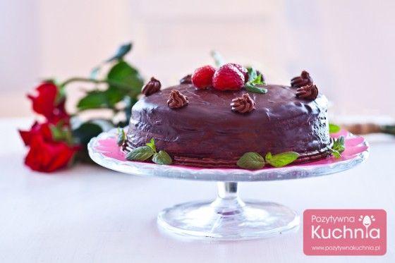 Tort czekoladowy - potrójnie :). Z czekoladowego biszkoptu, przekładany kremem czekoladowym, polany polewą z czekolady :). http://pozytywnakuchnia.pl/tort-czekoladowy/